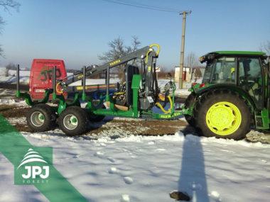 Předání profesionálního vyvážecího vleku FARMA CT 7,0-10G2 zákazníkovi s traktorem John Deere
