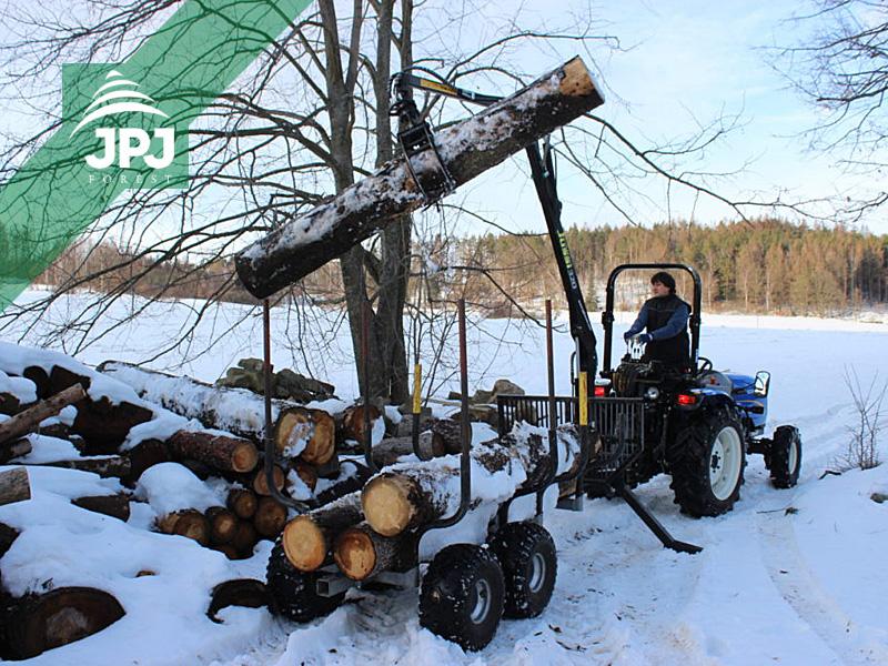traktor New Holland Boomer 30 a vyvážečka Vahva Jussi